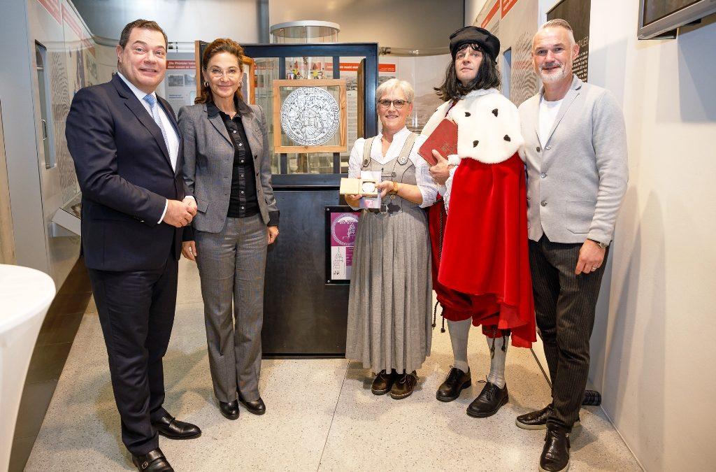 """""""Kaiser Max"""" besuchte die Tiroler Sparkasse und übergab einen Europataler der Münze Hall"""